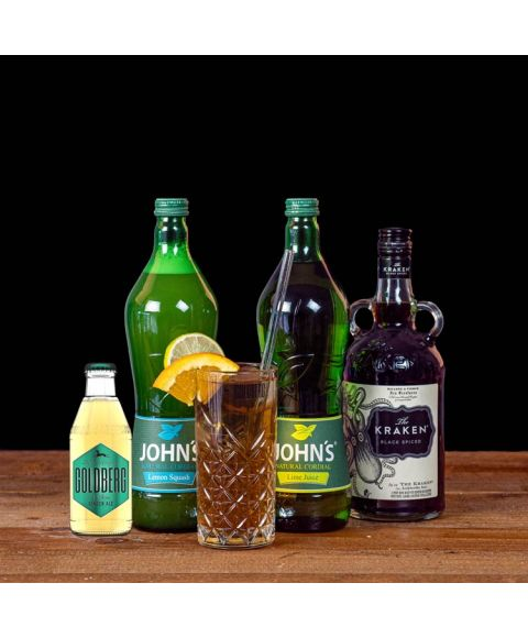 Carribean Lemonade Cocktail-Paket komplett Bundle mit Kraken Rum, Johns Lime Juice, Lemon Squash & GOLDBERG Ginger Ale. Auf dem Foto zu sehen ist der fertig gemixte Cocktail sowie alle Zutaten.