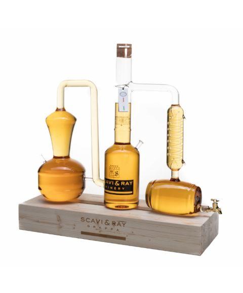Grappa Destille mit 5L Füll Volumen bereits befüllt auf Echtholz Block und Zapfhahn. Seitenansicht