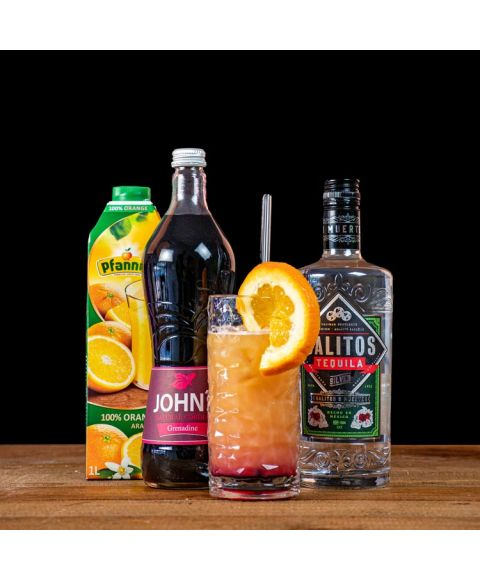 Tequila Sunrise Cocktail-Paket komplett Bundle mit SALITOS Tequila Silver, JOHN'S Grenadine Sirup & Pfanner Orangensaft. Auf dem Foto zu sehen ist der fertig gemixte Cocktail sowie alle Zutaten.