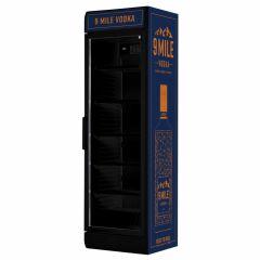 9 MILE Vodka Maxi-Fridge Kühlschrank - 9 MILE Getränke Kühlschrank in dunkelblau mit orangenen Akzenten und LED-Beleuchtung mit 9 MILE Brandings sowie 9 MILE Seitenverkleidung