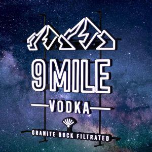 9 MILE leuchtendes LED Neon Sign in weiß mit 9 MILE Granite Rock Filtrated Vodka Logo und Bergmotiv