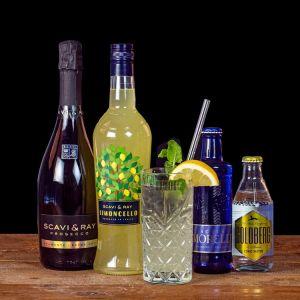 Limoncello Spritz Cocktail-Paket komplett Bundle mit Scavi & Ray Limoncello, Prosecco, Goldberg Tonic Water und Acqua Morelli Sparkling. Auf dem Foto zu sehen ist der fertig gemixte Cocktail sowie alle Zutaten.