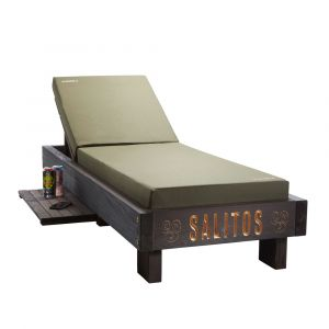 SALITOS single Sun-Lounger einzel Sonnen-Liege in Echtholz dunkel gestrichen, mit hellem eingravierten Logo, beidseitiger Ablagefläche, stabilen Rollen, verstellbarer Rückenlehne und hochwertigem Polster. Rückenlehne ausgeklappt und Ablagefläche zur linke