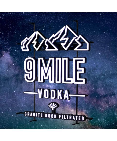 9 MILE leuchtendes LED Neon Sign in weiß mit 9 MILE Granite Rock Filtrated Vodka Logo und Bergmotiv