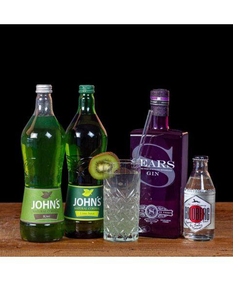 Sakura Tonic Cocktail-Paket komplett Bundle mit Sears Gin, JOHN's Kiwi, Lime Juice und GOLDBERG Yuzu Tonic. Auf dem Foto zu sehen ist der fertig gemixte Cocktail sowie alle Zutaten.