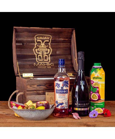 MAHIKI Treasure Chest Cocktail-Paket komplett Bundle mit MAHIKI Coconut, Pfanner Maracujasaft, SCAVI & RAY Prosecco. Auf dem Foto zu sehen ist der fertig gemixte Cocktail in der Truhe sowie alle Zutaten.
