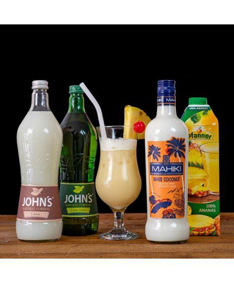 Pina Colada Cocktail-Paket komplett Bundle mit MAHIKI White Coconut, JOHN's Lime Juice, JOHN's Cocos und Pfanner Ananassaft. Auf dem Foto zu sehen ist der fertig gemixte Cocktail sowie alle Zutaten.