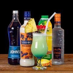 Swimming Pool Cocktail-Paket komplett Bundle mit MAHIKI White Coconut, 9 MILE Vodka, JOHN's Blue Curacao und Pfanner Ananassaft. Auf dem Foto zu sehen ist der fertig gemixte Cocktail sowie alle Zutaten.
