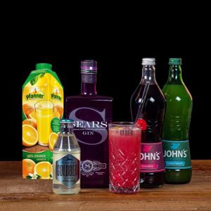 Big Ben Cocktail-Paket komplett Bundle mit SEARS Gin, John's Grenadine & Lemon Squash, Pfanner Orangensaft & GOLDBERG Bitter Lemon. Auf dem Foto zu sehen ist der fertig gemixte Cocktail sowie alle Zutaten.