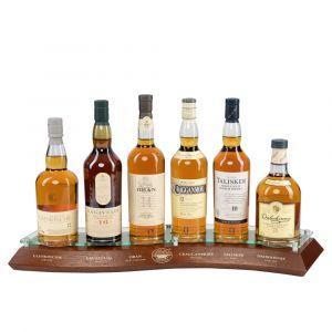 Classic Whisky Malt Display aus Holz mit verschiedenen schottischen Whisky Flaschen: Glenkichie, Lagavulin, Oban, Cragganmore, Talisker, Dalwhinnie Vorderseite mit Beschriftungen von Diageo