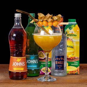 9 MILE Vodka Phizzy Mile Cocktail-Paket komplett Bundle mit 9 Mile Vodka, JOHN'S Lime Juice & Caramel, Pfanner maracujasaft und Ananassaft. Auf dem Foto zu sehen ist der fertig gemixte Cocktail sowie alle Zutaten.