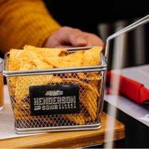 Kleiner Frittierkorb von Henderson & Sons befüllt mit Tortilla Chips
